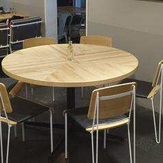 記念日にもピッタリ!円いテーブルはお友達みんなの顔を見て話せるのでとても会話が弾みます。人気の席なので是非ご予約ください!