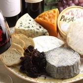 チーズには、ナチュラルチーズとプロセスチーズがあります。ナチュラルチーズは、クリームを乳酸菌で醗酵させ、又は乳、バターミルク若しくはクリームに酵素を加えてできた凝乳から乳清を除去し、固形状にしたもの又はこれらを熟成したもの」になります。またプロセスチーズは、ナチュラルチーズを粉砕し、加熱溶融してます