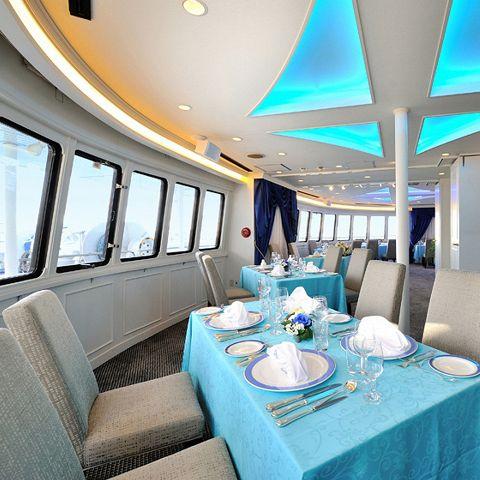東京湾の絶景を望む全船貸切可能な贅沢クルーズ!開放感抜群のプライベートデッキと180度に広がるビューウィンドウから東京湾のパノラマを独占する極上のクルージングをお楽しみいただけます。