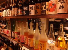 カウンター上にずらりと並ぶ酒の瓶は圧巻です★