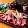 牛肉はA4~A5クラスの和牛にこだわり、中でも千葉県産「かずさ和牛」を積極的に使用しています。きめ細やかな肉質と脂質のバランスの良さが特徴で、柔らかさと旨みをダイレクトに味わう「かずさ和牛の石焼き」1,880円(税抜)が特におすすめです。とろけるような霜降り肉の脂に、爽やかな山葵やおろしポン酢がよく合います。