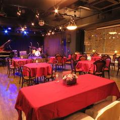 最大100名様まで収容可能。高砂席も完備で、結婚式2次会に最適◎ピアノ、ドラムやギター・ベースアンプの貸し出しもあり、オリジナルの結婚式を行えます。