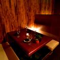 2名様からご利用頂ける完全個室席を完備しております。間接照明と木の温もりを基調とした個室がゆったりとリラックスできる空間を提供いたします。お食事はもちろん、飲み会や宴会、女子会などにも是非ご利用ください。