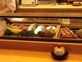 カウンター席では新鮮な魚介を目の前で見ることができます。スタッフとの会話を楽しみながらお食事ができます。