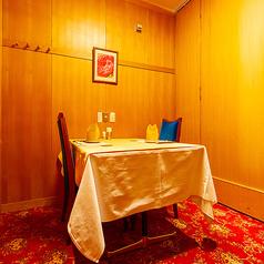 落ち着いた雰囲気の中お食事をお楽しみいただける、壁・扉付の完全個室です。2名様用のお部屋もご用意しておりますので、ご夫婦・カップルの記念日やデート利用の際にも、個室希望の際はお気軽にお申し付けください。