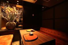 【全席完全個室】ソファーテーブル、2名用個室、75名まで収容可能!ゆったりとした席の作りはまさに贅沢、圧巻!各種宴会にも最適。