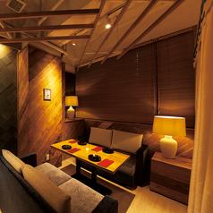 ふかふかソファと暖かい照明が特徴のリゾートラウンジをイメージしたお席です♪4名様用を1席ご用意しています。