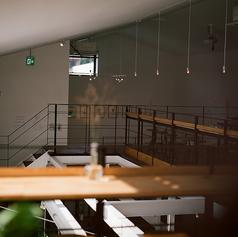 2階のカウンター席は、吹き抜けから1階を見降ろせる開放的な造りが人気です。