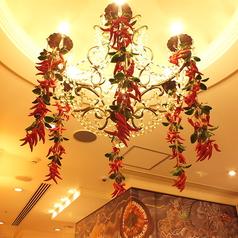 入口には、巨大なシャンデリアが・・・☆店内半個室空間あり!!!8名様から最大26名様まで可能です。