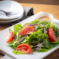 料理メニュー写真【契約農園】ふわふわデュガスチーズと契約農園有機リーフサラダ