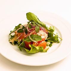 料理メニュー写真トマトとハーブのクリームチーズドレッシングサラダ