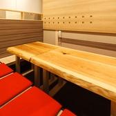 こちらは8名様までご利用頂ける掘りごたつ席。柔らかな光が優しく包み込む空間は、料理を美味しく食べられる安らぎ空間。ごゆっくりお寛ぎ下さい。