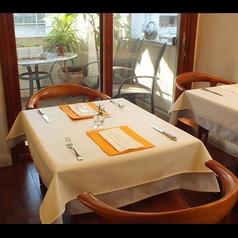 テーブル席は2名様用からご用意しております。記念日など大切な1日のお手伝いをします。