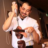 シュラスココースご注文の方にはスタッフがテーブルを回り、目の前でお肉を切り落としてくれます!食べ放題なのでお好きなだけお肉をお楽しみいただけます!