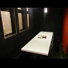 周りを仕切られた窓際BOX席(6席×2卓)