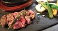 料理メニュー写真<石焼ステーキ 旬の野菜添え> ラムチャックロール(150g)