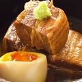 料理メニュー写真糸島産トロットロ豚の角煮。半熟卵添え