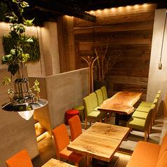 木の温もりを感じる特別なテーブル席 計40席(+VIPルーム7席)