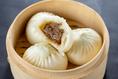「皇朝」の看板商品である元祖・手作りチャンピオン肉まん。天然酵母・自然発酵で出来た老麺生地により、もちもちの食感と自然な香りを味わえる、一口サイズで食べやすい肉まんです。