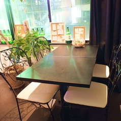 4名様×2卓女子会や少人数宴会にもぴったりなテーブル席は、アイアン素材の椅子がかわいい★緑を感じられるのが自慢です♪