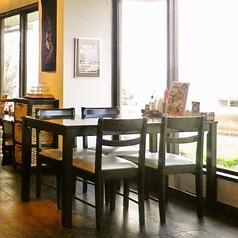 4名様までOKのテーブル席。窓からの景色も存分にお楽しみいただけます。家族連れにも嬉しいお子様用のお椅子もご用意しておりますのでご入り用の際はお声掛け下さい。