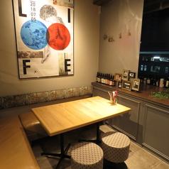角ソファーシートはパーテーションで半個室に♪女子会やプライベートの飲み会に人気です♪