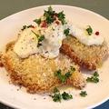 料理メニュー写真自家製スモークチキンのパン粉オーブン焼き、タルタルソース