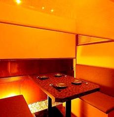 【テーブル】ブラインドで仕切れます。BOX席は4名様席が2つ御座います☆ブラインドで仕切って半個室としてご利用頂けます☆