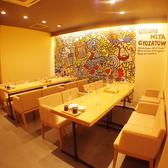 白を基調としたテーブル席は、8名様までOKな広々空間!4人席としてもご利用いただけますので、お気軽にお問合せください♪