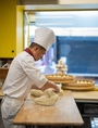 ~老麺とは~「穀物」や「果物」など自然にある酵母により発酵させた天然酵母自然発酵生地を使用した肉まん。中国で何千年もの間、受け継がれている歴史ある伝統製法です。この製法によって得られる風味や香りは生地の風味や美味しさを最大限に引き出します。