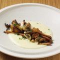 料理メニュー写真仏産トランペット&ジロール、静岡産マッシュルームのソテ 百合根ベシャメルソース キノコのグラタン風
