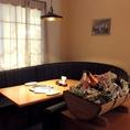 西洋をイメージした清潔感と高級感あるソファ席。デートや接待にも◎