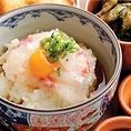 【鯛(鯛めし)】愛媛県は養殖マダイ生産量日本一!その約6割(平成17年期)を宇和島で生産しています。鯛めし新鮮な鯛の身を三枚におろし、醤油、みりん、玉子、ごま、だし汁で調味したタレに絡め、そのタレごと熱いご飯にかけて食べます。