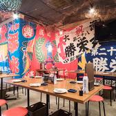 【テーブル席/2名~40名様】活気あふれる函館市場の食堂をイメージした昭和レトロな店内♪どこか懐かしく、どの年代の方も落ち着く楽しめる空間です。最大40名様までOKのテーブル席をご用意しています!貸切なら最大90名様(立食は120名様)までご対応可能です。