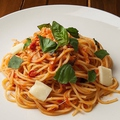 料理メニュー写真モッツァレラとバジルのトマトソースパスタ