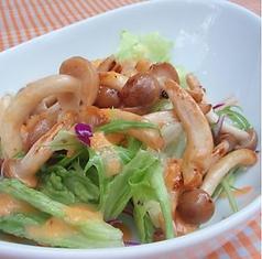 料理メニュー写真シメジのサラダ