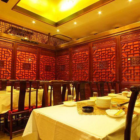 本場中国料理店の雰囲気をそのままに落ち着いたお部屋です。インテリアもこだわりのあるものを揃えておりますので、接待でお客様にも喜んでいただけると思います。