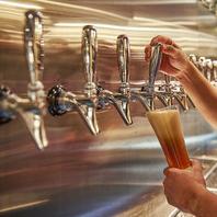 カウンターにずらりと並ぶ10種類以上のタップビール!!