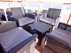 店内から海を一望できるテーブル席