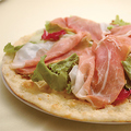料理メニュー写真パルマ産生ハムとフレッシュ野菜のピッツァ