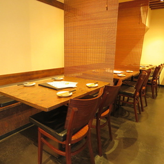 【1階】テーブル席は最大15名様まで着席が可能。暖簾で仕切れるので2~4名様の少人数利用も可能です。