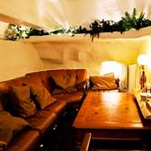【中2階ロフト個室】一番人気!ムード満点で大好きな友人や恋人と、ソファ席でゆったり過ごせます。
