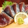 料理メニュー写真目井津・枕崎 一本釣り鰹 藁焼き 塩たたき