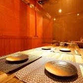 少し小さめの8名様用テーブルは全部で4組ございます。少人数での飲み会やお食事などによりお気軽にご利用いただけます。こちらもパーテーションでお席を区切っており、他のお客様によりお話がし難くなることもございません。お席のみのご予約も承っております。お気軽にお問合せください。