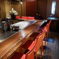 お一人様でのご利用や同僚・ご友人とのご利用も可能となっております。また、オシャレな空間や目の前の大きな鉄板で作るお料理パフォーマンスをお楽しみいただけます。くつろげる空間で楽しいひと時を過ごしてみてはいかがでしょうか。