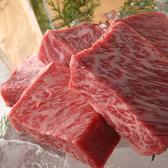 自社牧場から黒毛和牛を一頭買いして仕入れておりますので、サーロインやヒレなどの部位からカイノミやザブトンなどの希少部位まで種類豊富に楽しめます。ステーキだけでなくタタキや肉寿司など、新鮮な肉だからこそ出来る調理でお肉のうまみを存分に味わってください。