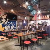 【テーブル席/8名様】活気あふれる函館市場の食堂をイメージした昭和レトロな店内♪どこか懐かしく、どの年代の方も落ち着く楽しめる空間です。