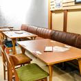 一方が椅子、一方がソファのお席が計12名様分ございます。団体のお客様も広々とご利用いただけます。