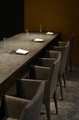 落ち着きのある洗練された店内は非日常を満喫できる空間となっております。接待や記念日などのお食事にも。