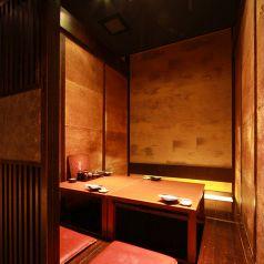 4名様個室◆仲間内でのお集まりや、大切な接待など様々なシーンにオススメの使い勝手の良いお席です。京橋駅目の前の当店は、集まりやすくお帰りも便利な好立地です。旬の食材を使った鍋や、その日仕入れた鮮魚を使った海鮮料理、豊富なドリンクメニューをご堪能ください。